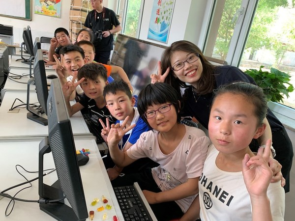 德科斯米尔志愿者在喀左县的德科斯米尔电脑教室教授孩子们电脑技能