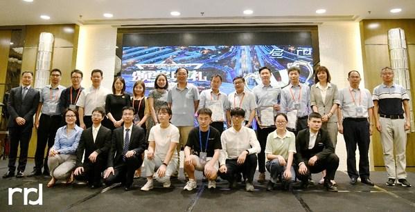 青年创新包装奖学金获奖学生代表与评委合影
