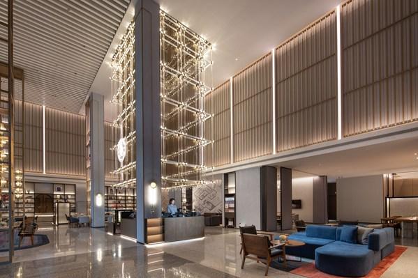 由万达酒店设计研究院设计的酒店大堂整体以暖灰色为主,氛围静谧而温柔。