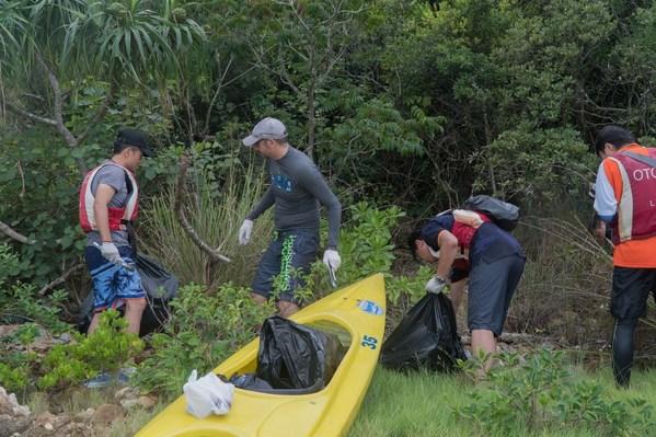 TUV 南德同仁在现场清理海滩废物