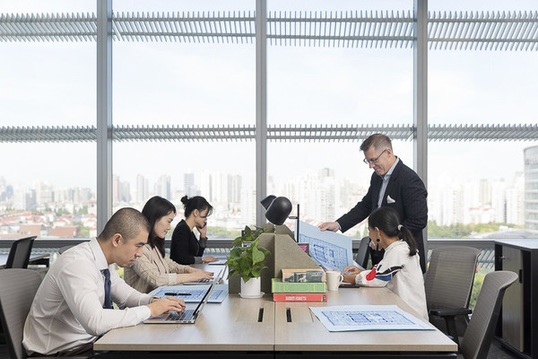 (艾克商务中心根据不同企业的需求提供个性化、私密的办公空间)