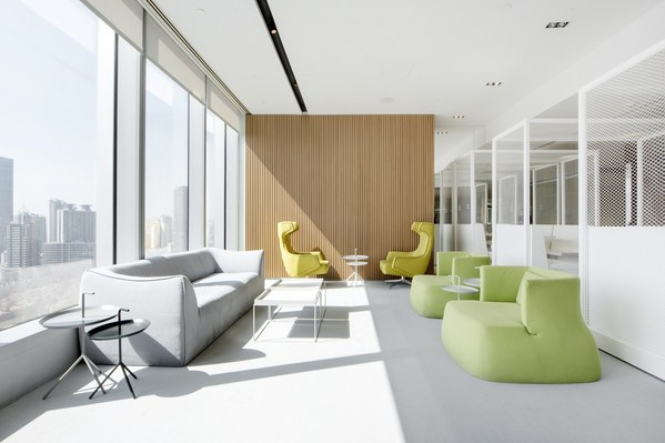 (艾克商务中心各个办公项目都设有开阔的公共空间,满足协作、交流的需求)