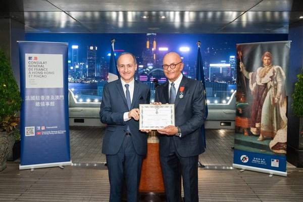 香港上海大酒店營運總裁包華先生(右)獲法國駐港澳總領事官明遠先生頒發榮譽軍團騎士團勳章。
