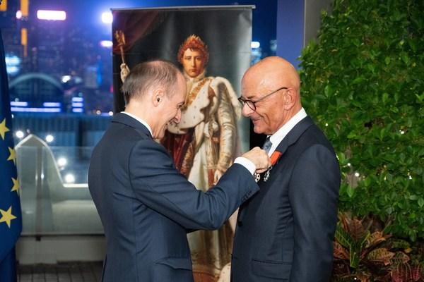 法國駐港澳總領事官明遠先生 (左) 以及香港上海大酒店營運總裁包華先生,於香港半島酒店的頒獎典禮。