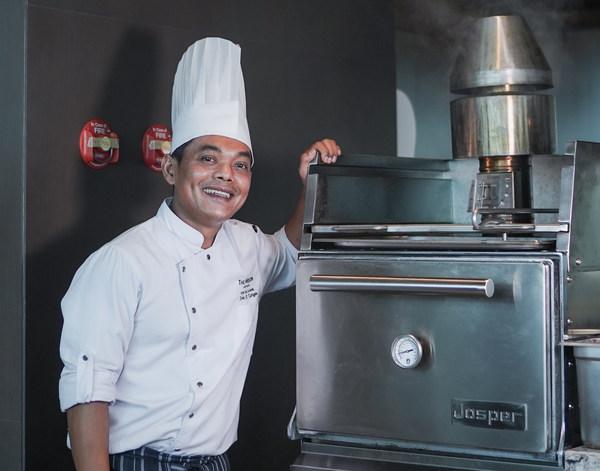 "Chef John M. Tarigan dengan ""JOSPER Charcoal Ovens"" di Magnolia Restaurant by The Westin Surabaya"