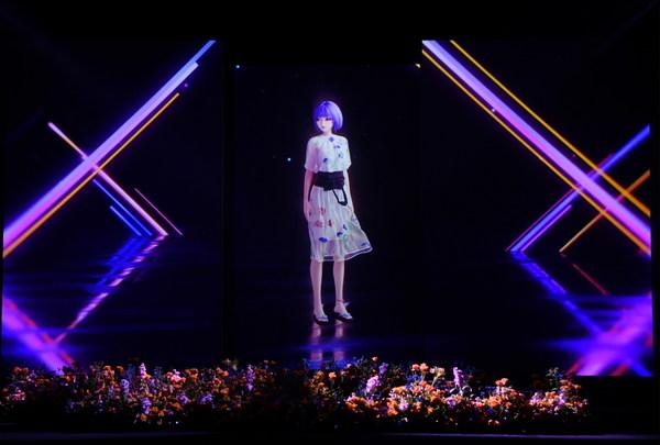 bilibili虚拟艺人团体VirtuaReal成员阿梓身着由支晨设计的提花连衣裙