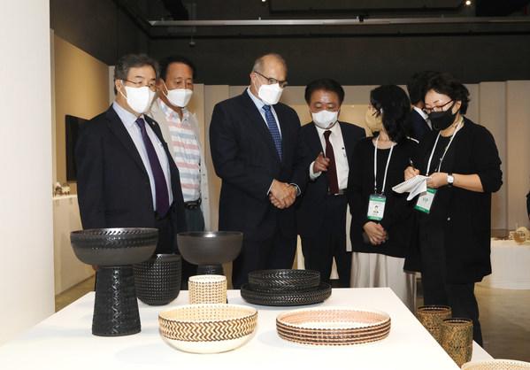 清州工艺双年展引起了法国驻韩国大使的极大兴趣