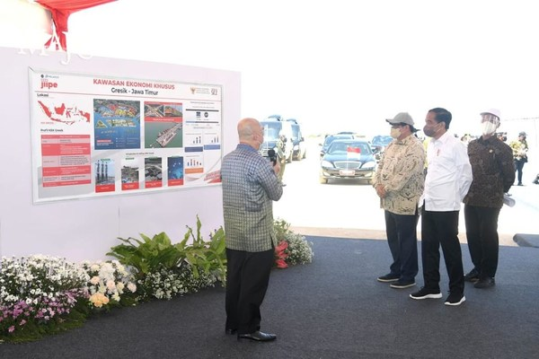 PT AKR Corporindo President Director Haryanto Adikoesoemo highlighting salient features of SEZ Gresik to President Joko Widodo