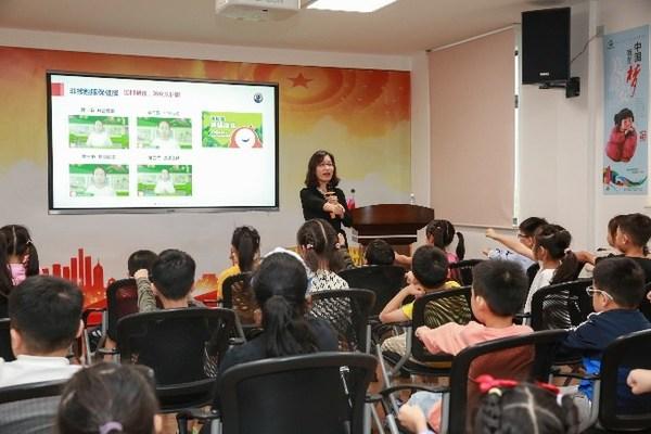 儿童青少年近视防控专家何鲜桂为学生们进行眼健康科普教育