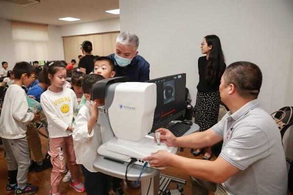 国家高级验光技师马家骅使用依视路光学生物测量仪为学生们测量眼轴