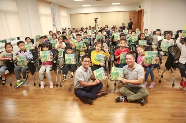 依视路向学生们捐赠《我们的眼睛》3D立体书