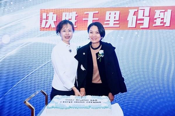 百勝中國首席執行官屈翠容女士(右)與首席技術官張雷女士(左)