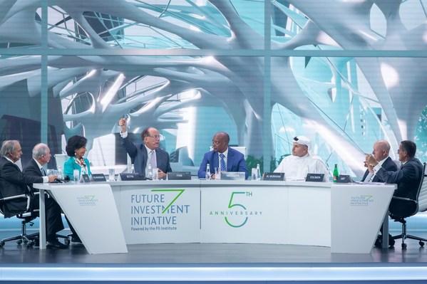 FIIの5周年オープニングセッションの討論は人類への投資に焦点